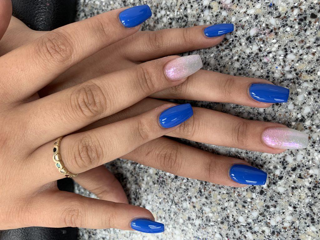 Gelnagels blauw met extra kleur voorbeeld