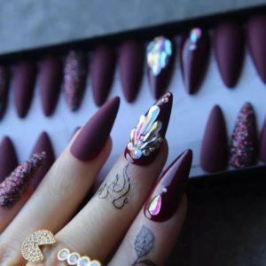 Prachtige bordeaux realistische nepnagels - kunstnagels - nep nagels - kunst nagels - plaknagels - plak nagels - bordeaux nagels - paarse nagels - glitter nagels - nepnagels met steentjes