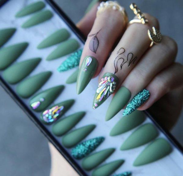 Prachtige groene realistische nepnagels - kunstnagels - nep nagels - kunst nagels - plaknagels - plak nagels - groene nagels - glitter nagels - nepnagels met steentjes