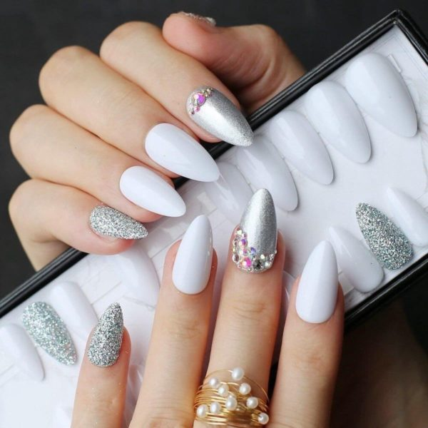 Witte realistische nepnagels - kunstnagels - kunst nagels - plaknagels - witte nagels - zilveren nagels - nepnagels met steentjes - glitter nagels